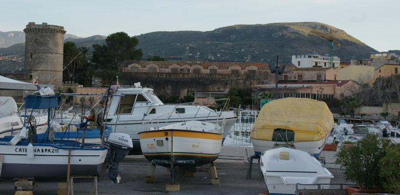 Wir stehen im Hafen von San Nicola