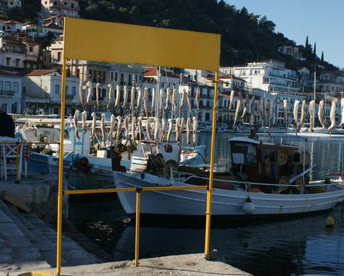 Tintenfisch zum Trocknen aufgehängt