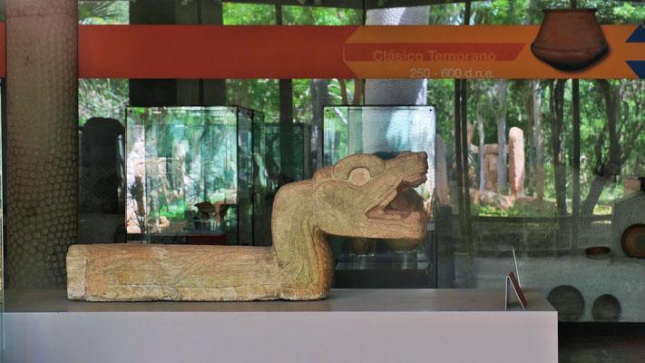 Blick durch die Scheibe ins Museum