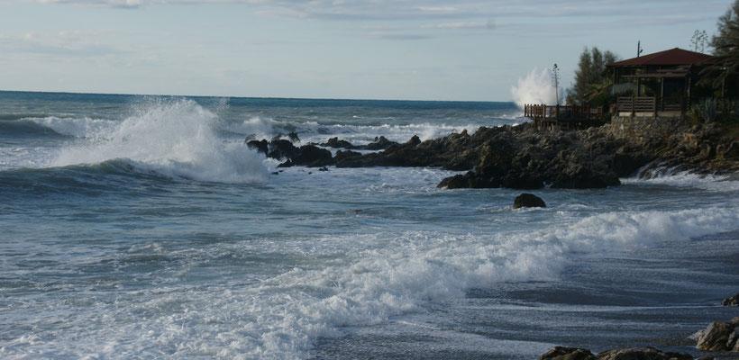 Brechen Steine die Wellen ist es noch beeindruckender