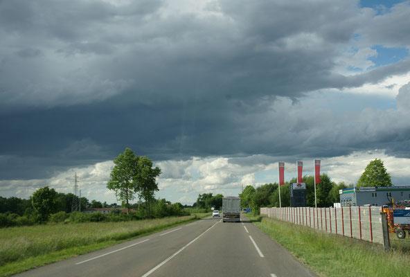 Die Wolken jagen über den Himmel und...