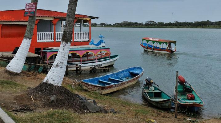Es kommen die Indios mit den Booten von den entlegenen Orten um Wasser und sonstiges zu holen.