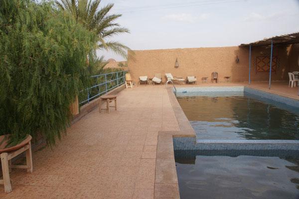 Der Swimmingpool reizt heute nicht. Nur knapp 20 Grad warm und Wind in M'hamid.