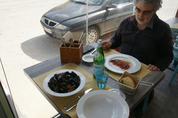 """Alois:"""" So wenig und schon ein Menue und das für 12 Euro."""" Mein Teller Cozze ist gut gefüllt."""
