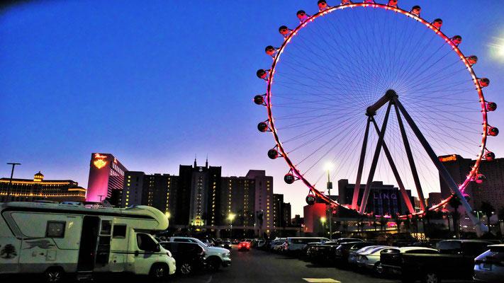 Wir stehen mit dem Wohnmobil beim Zentrum mit Sicht auf das Riesenrad von Las Vegas