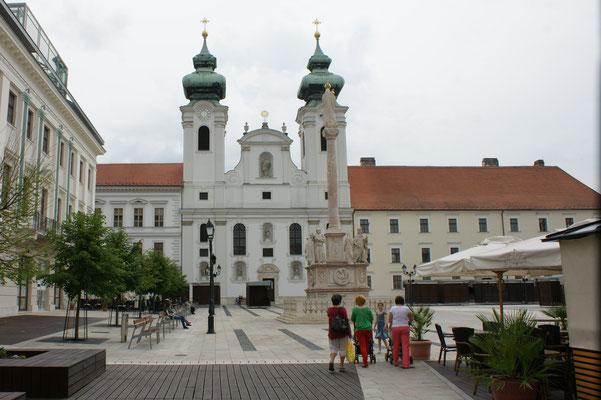 Auf diesem Platz wird jedes Jahr im Mai ein ausgesuchtes echtes Brautpaar traditionell getraut. Ein Riesen-Spektakel für die Touristen.