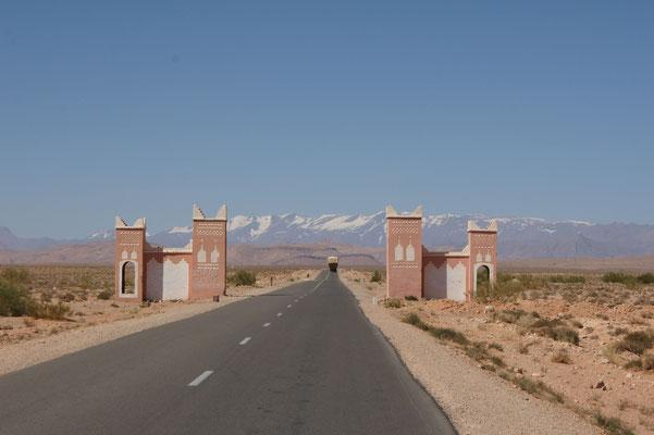 Das Tor zur Provinz Boumalne. Im Hintergrund der schneebedeckte hohe Altlas.