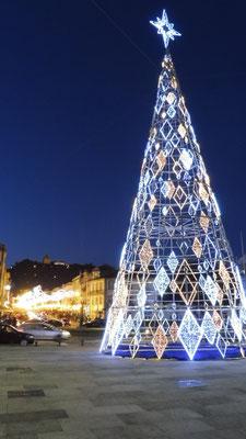 Ein riesiger Weihnachtsbaum leuchtet in Viano do Castelo