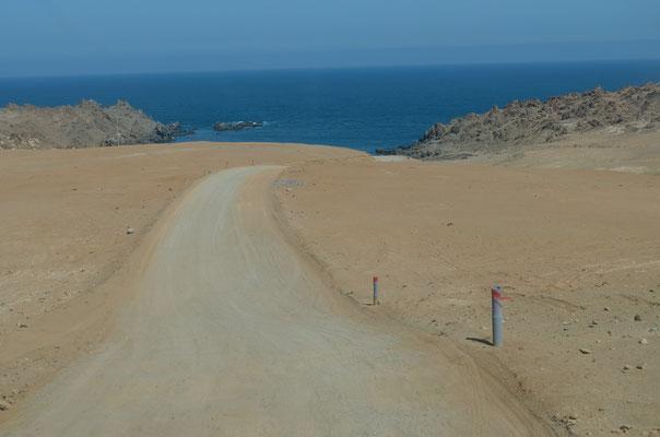 Ziemlich steil die 3 km bis in die Bucht....