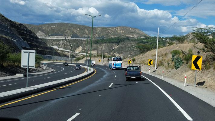 Nach Quito geht es auf der gut ausgebauten Strasse noch weiter bergwärts