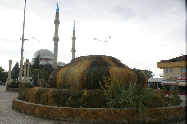 Das Wahrzeichen von Karahayit, das gleich neben Pamukkale liegt