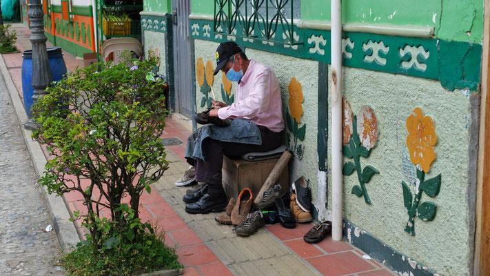 Der Schuhmacher verrichtet seine Arbeit an der Sonne
