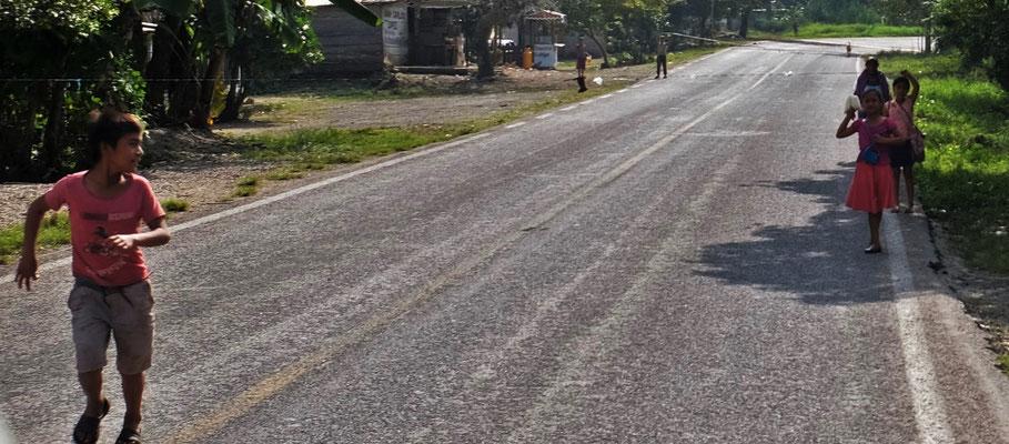 Die Kinder spannen Schnüre über die Strasse um die auswärtigen Autos zum Halten zu bringen.