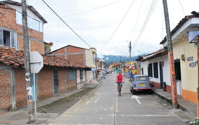 Durch kleine Dörfer führt die Strasse durch......