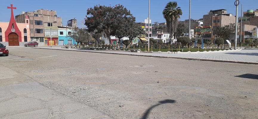 Der Platz ist wirklich schön und drumherum Piste mitten in Chiclayo