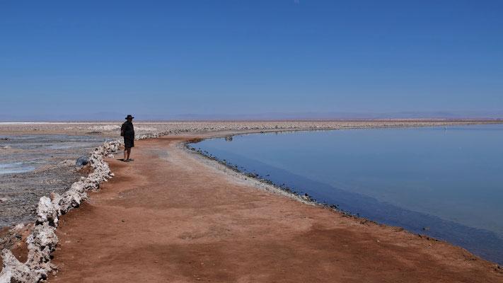 Wir laufen in der unbarmherzigen Hitze entlang des Sees
