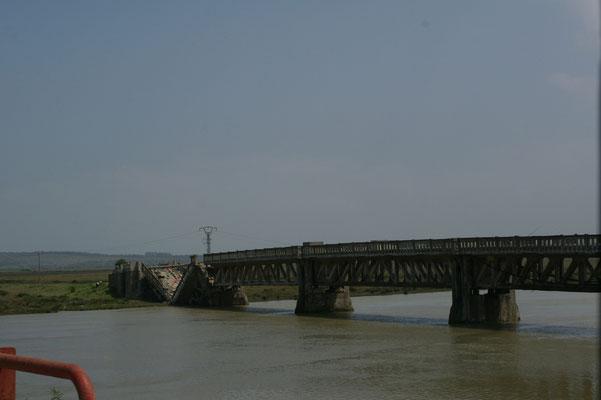 Zum Glück können wir auf der neuen Brücke fahren
