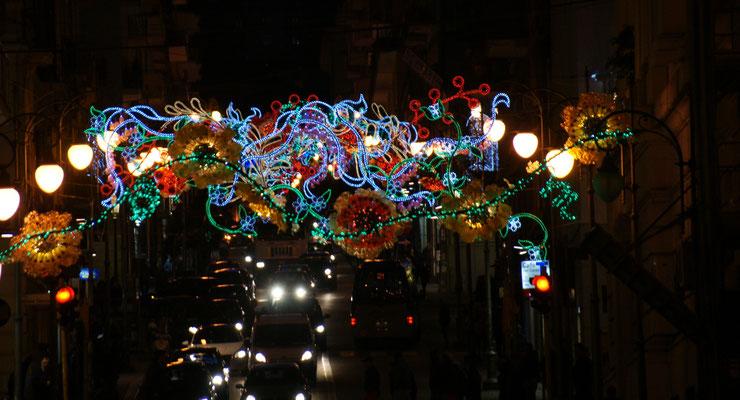 Auch in den Querstrassen von Salerno Weihnachtsbeleuchtung