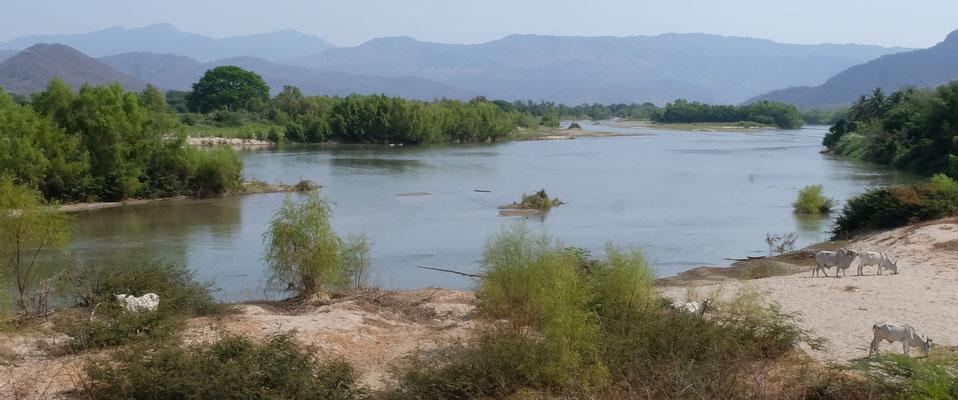 Das Wasser in den Flüssen ist sehr zurück gegangen. Es wird die Regenzeit sehnlichst erwartet