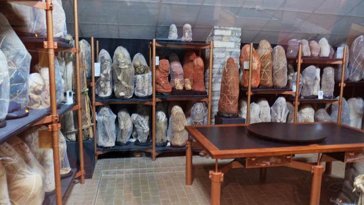 """Die Mumien fast alle in einem Raum, einige sorgfältig """"ausgepackt"""", andere noch in ihren Hüllen"""