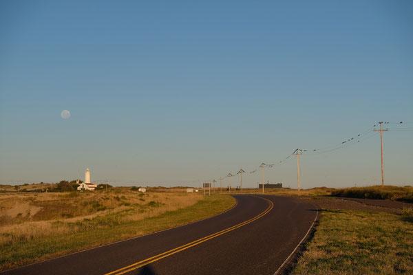 Der Leuchtturm von El Condor. Der Mond ist aufgegangen und die ersten Felsensittiche sitzen bereits in Reih und Glied