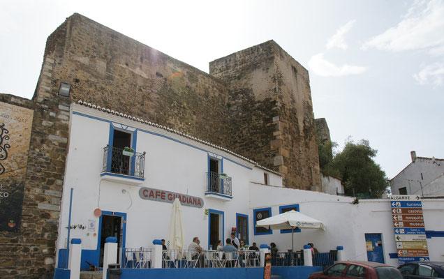 Im Kaffee in der Stadtmauer