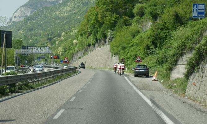 Fahrräder auf der Autobahn, erinnert mich an Spanien 2013