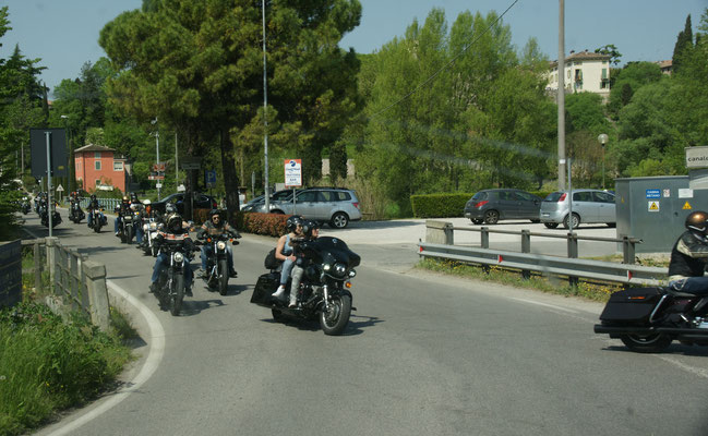Unterwegs ein Motorradcorso, von sicher 200 Maschinen.