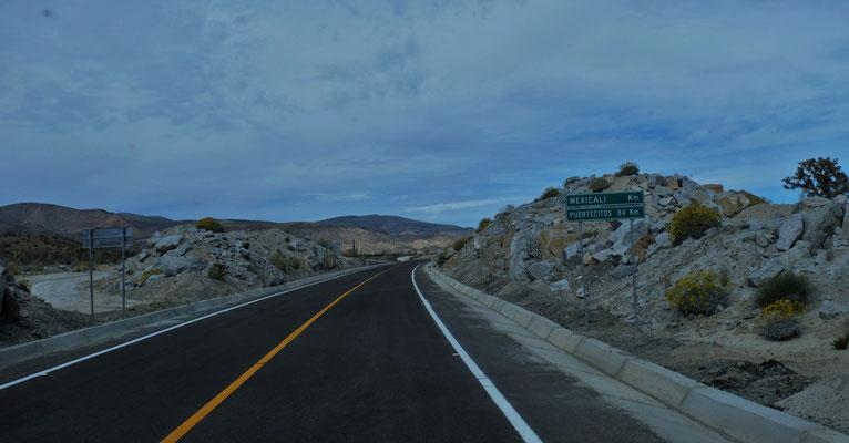 So neu es stehen noch nicht mal die Kilometer bis zur Grenze. Die ganze Streckenlänge bis nach  Mexicali beträgt 465 km.
