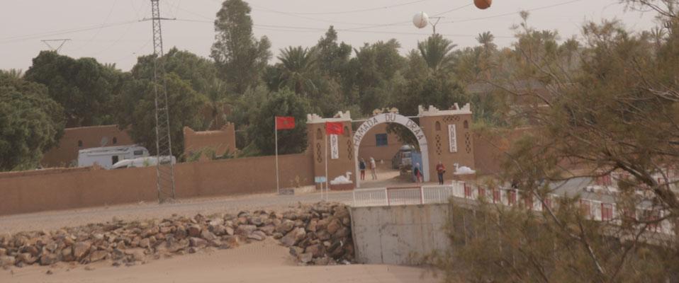 Unser Campingplatz von einer Terasse gegenüber des ausgetrockneten Oued Draa