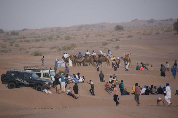 Aufstellung der Kamelreiter in M'hamid am Nomaden Festival