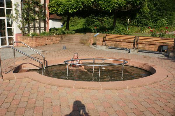 Das Kneippbecken im Park eignet sich auch für ein Ganzbad
