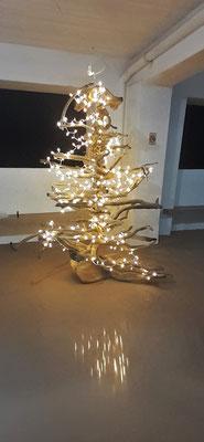 Der Campingweihnachtsbaum aus Treibholz. Unsere Amerikanischen Nachbarn haben ihn so schön gestaltet.