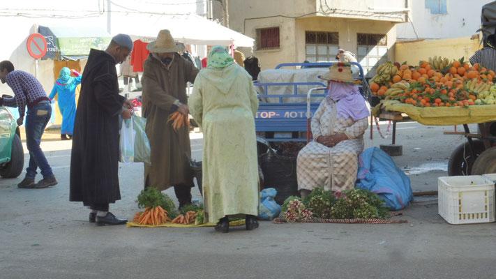 Die Bauern verkaufen ihre Waren auf der Strasse in Asilah