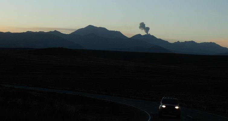 Der vor ein paar Wochen losgegangene Vulkan schiesst schwarze Wolken aus.