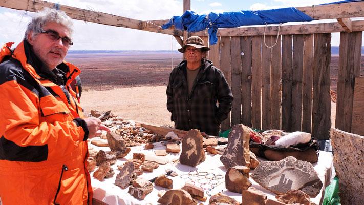Der Navajo Indianer erklärt uns vieles, nur verstehen tun wir halt nur wenig, denn er nuschelt so ziemlich