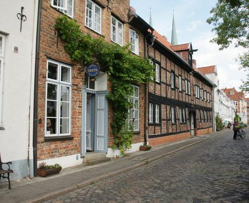 ....links die alten Häuser mit den Innenhöfen