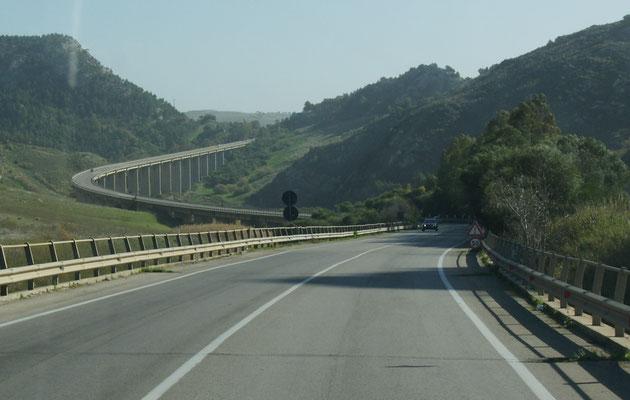Wieder über die gut ausgebaute Strasse entlang der Küste.