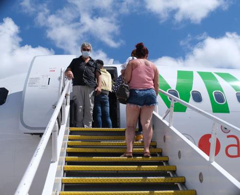 Mal wieder wie früher über die Treppe ins Flugzeug in Cancun