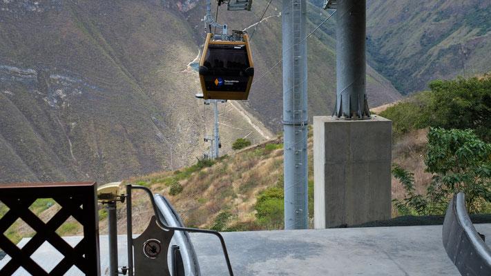 Die Topmoderne von den Franzosen erbaute Bahn geht zuerst runter ins Tal, brvor sie auf 3000 m hoch fährt.