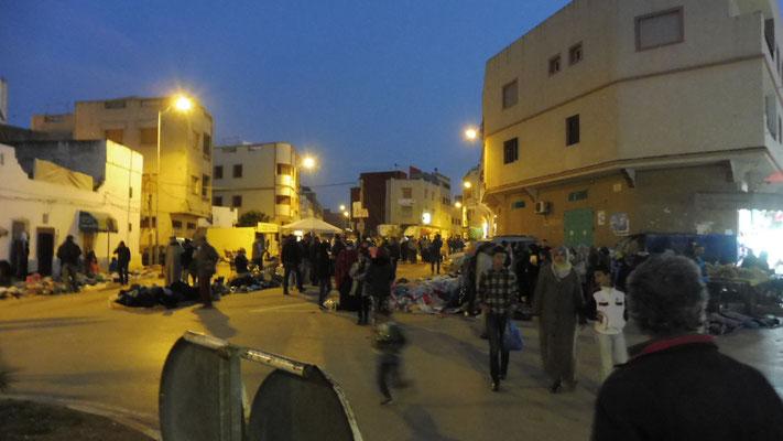 Heute ist Markt in Asilah, der dehnt sich aus bis auf die Strasse