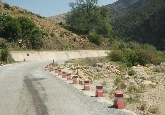 Dieser Oued war unpassierbar bei unserer letzten Fahrt zur Kamelgrotte