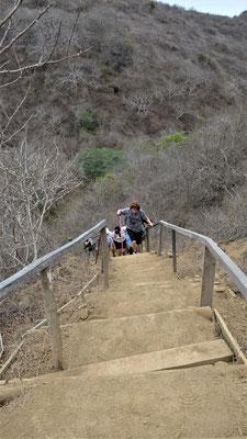 ...bevor wir über die 150 steilen Treppenstufen das Inselzentrum erreichen