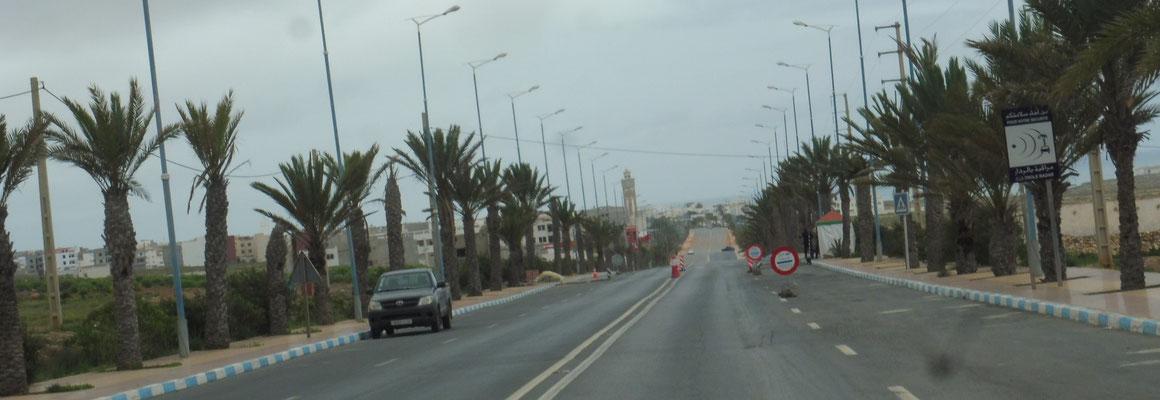 """Einfahrt nach Sidi Ifni, wie bei jeder Ortschaft, """"Gesichtskontrolle"""" und wir werden durchgewunken."""