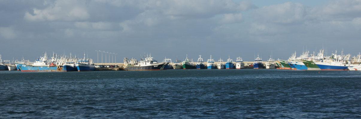 Die Fischerboote liegen in Reih und Glied im Hafen von Mazara de vallo