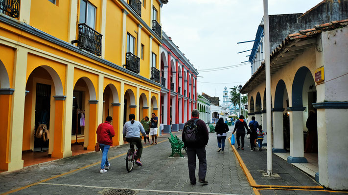 Bunte koloniale Häuser