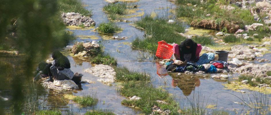 Fleissige Wäscherinnen unten beim Oued in Tata