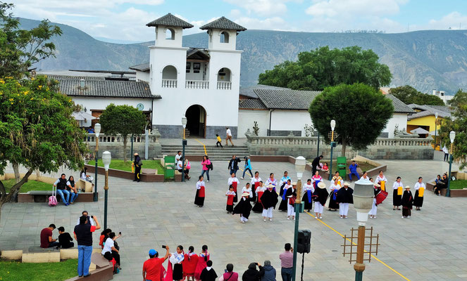 Folklore auf dem Dorfplatz von Mitad del Mundo