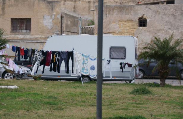 Wir sind nicht die  einzigen Camper, auch etliche Zigeunerfamilien wohnen hier.