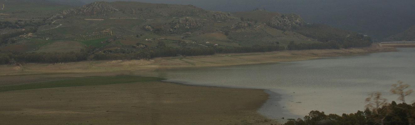 Der grösste Stausee Siziliens der Lago Pozzillo ist fast gänzlich leer.